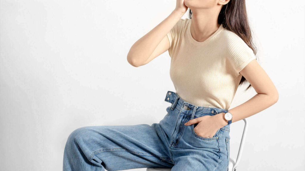 Outfit jeans with wide tubes and croptop shirt