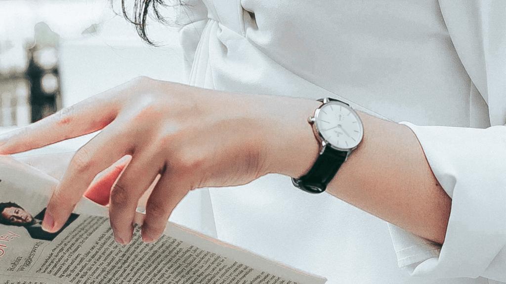 Top 5 mẫu đồng hồ dây da nữ màu đen hàng hiệu, cao cấp
