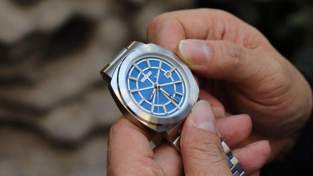 Đồng hồ đeo tay chạy sai giờ