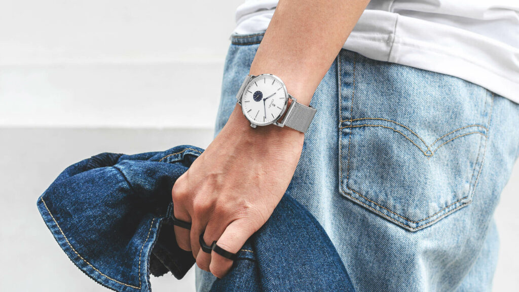 Fashionable men's watches have two main colors
